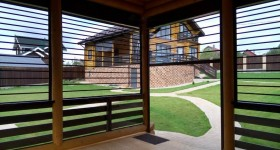 Светопрозрачные рольставни из поликарбоната в беседке загородного дома